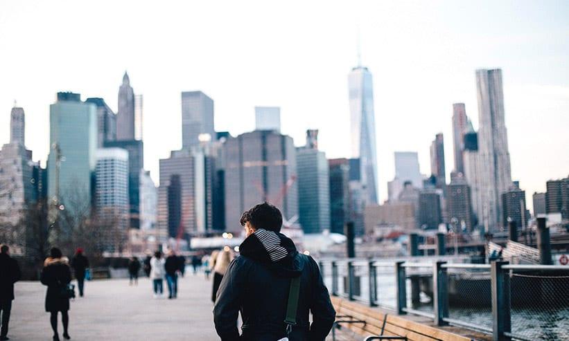 外を歩いているフードの男性