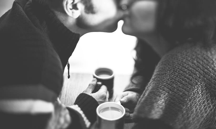 キスする男女
