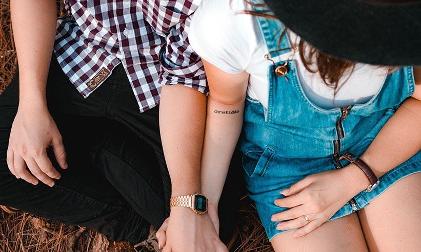 手を繋いで座っているカップル