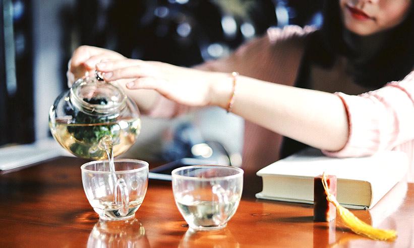 お茶を注ぐ女性