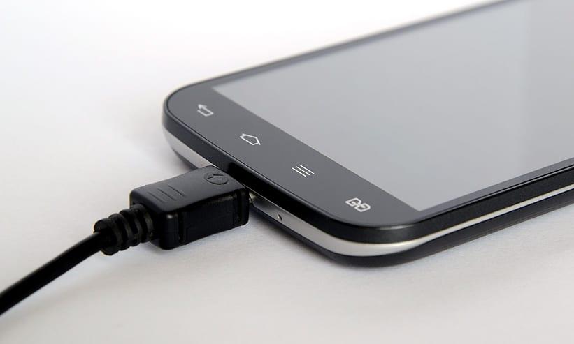 充電しているスマートフォン
