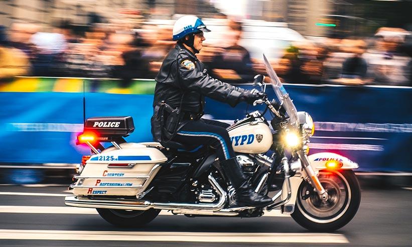 白バイに乗る警察官