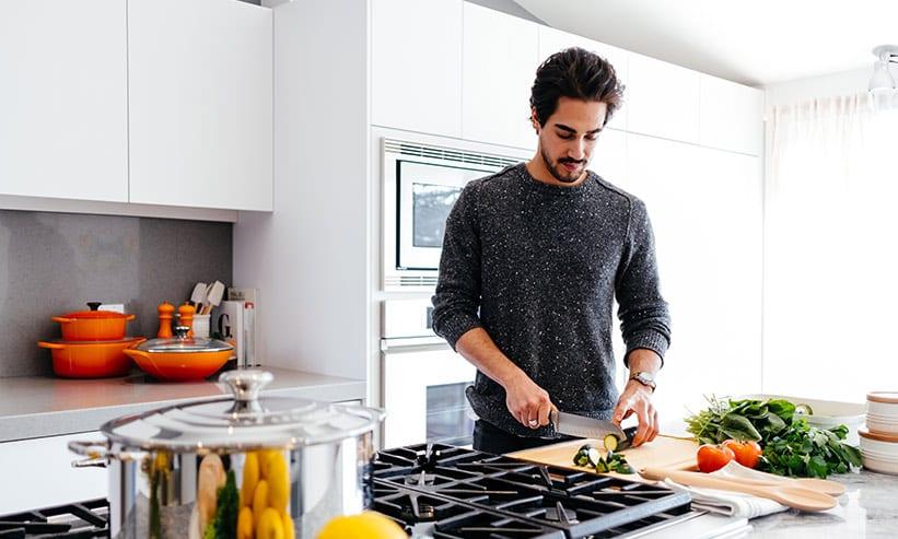 キッチンで料理をしている男性