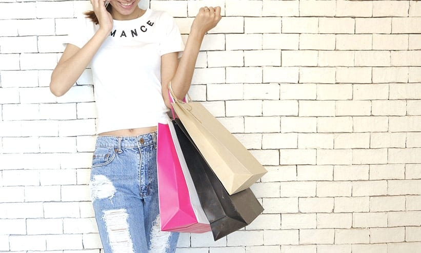 買い物バッグを下げている女性