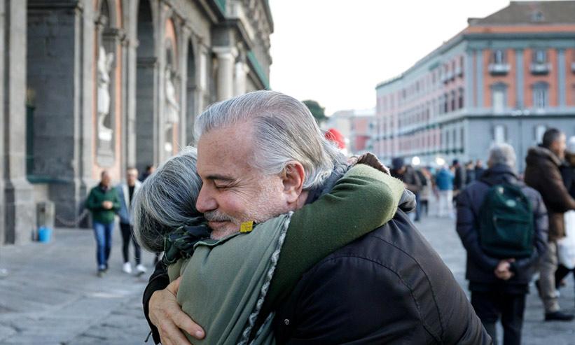 抱き合っている老夫婦