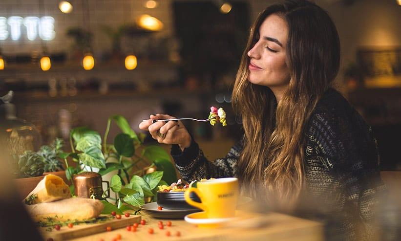カフェでパスタを食べる女性