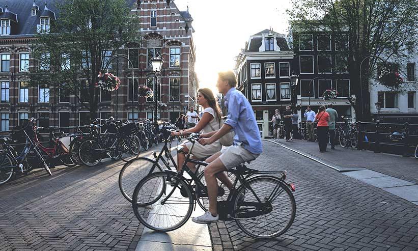 街中で自転車に乗っているカップル