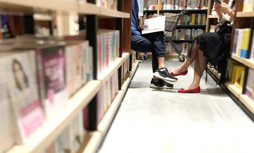 図書館で本を読むカップル