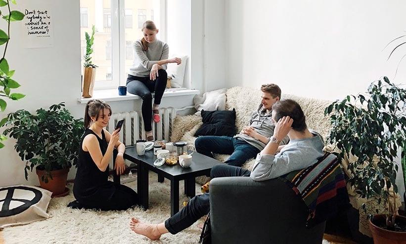 家で会話をする男女