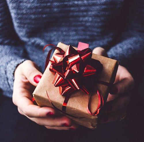 小さいプレゼントを持っている女性