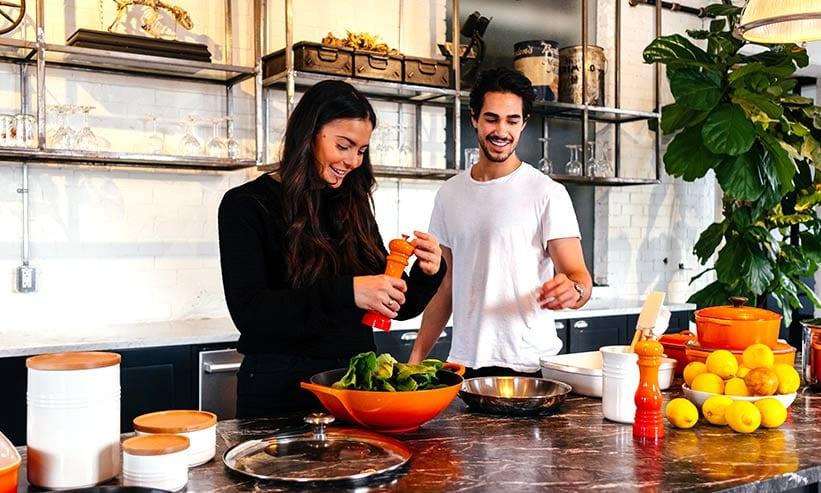 キッチンで料理をしている男女