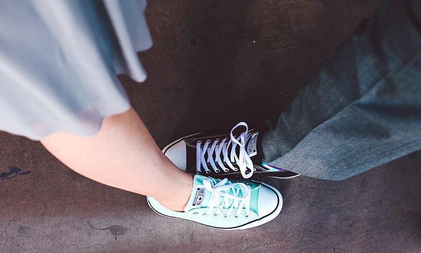 足のサイズを比べるカップル
