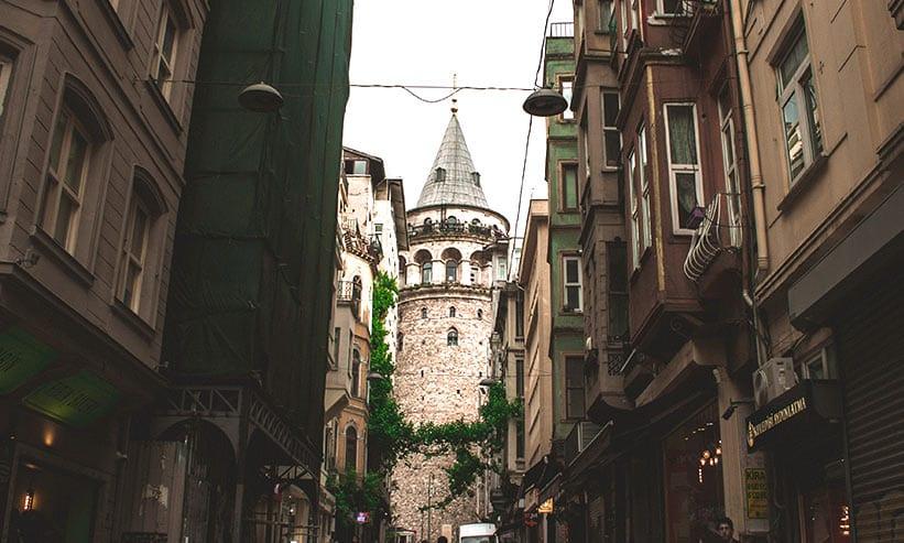 建物の隙間から見えるガラタ塔