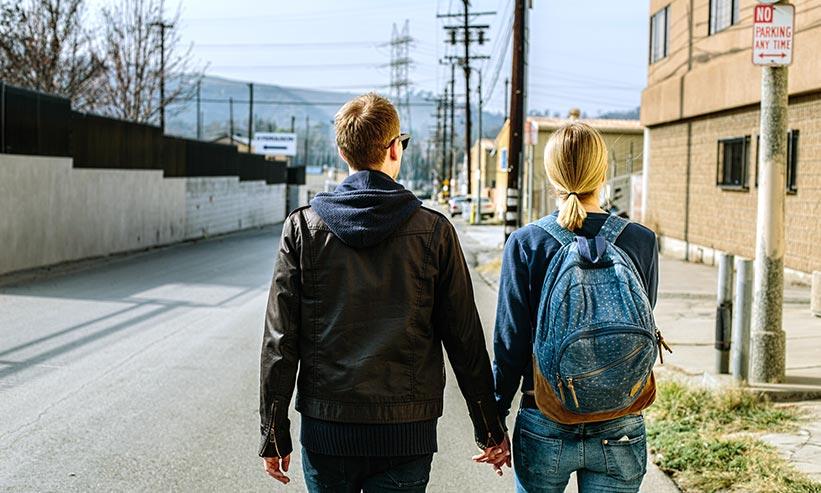 散歩をしているカップル