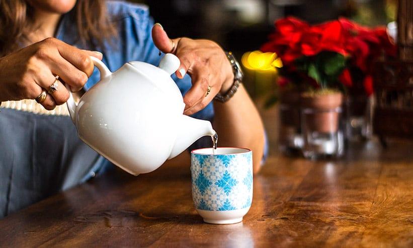 急須でお茶を注ぐ女性