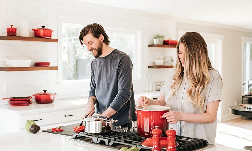 料理を作るカップル