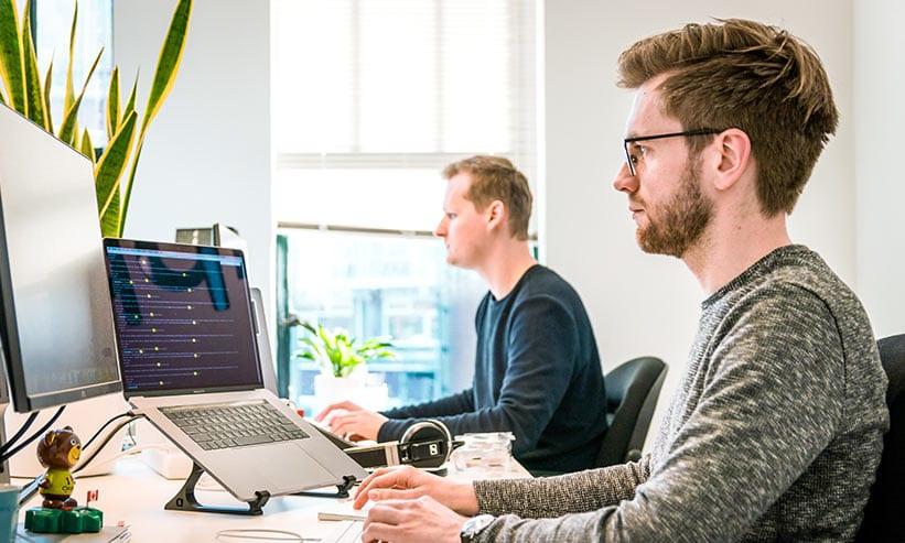 PCで作業する男性2人