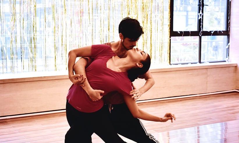 ダンスをするカップル