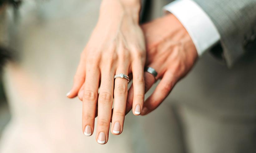 手を重ねる夫婦