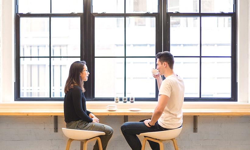 カフェで話をしている男女