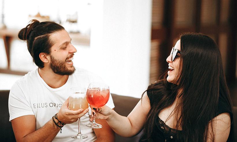 笑いながら乾杯をするカップル
