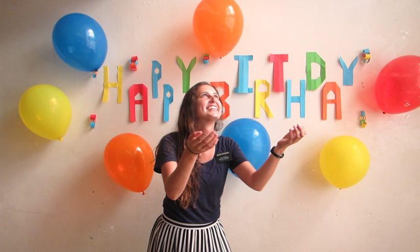 誕生日に風船ではしゃぐ女性
