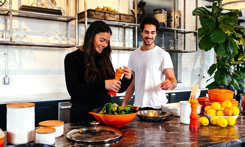 キッチンで料理をしているカップル