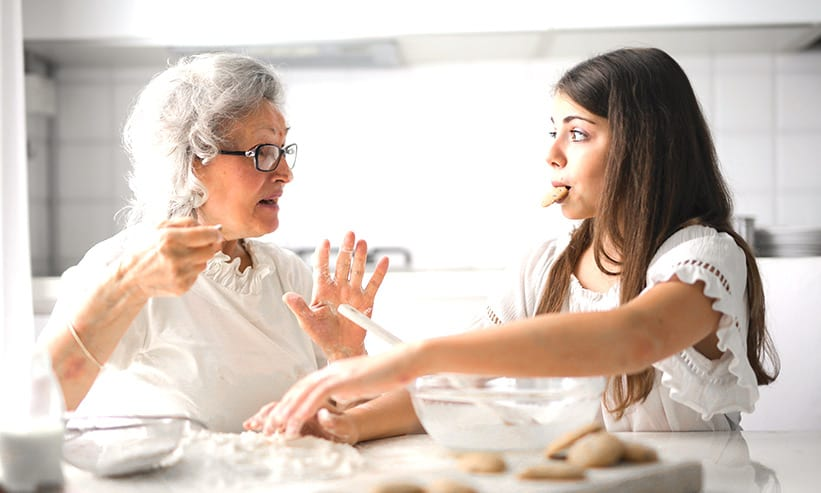 クッキー作りをしている2人の女性