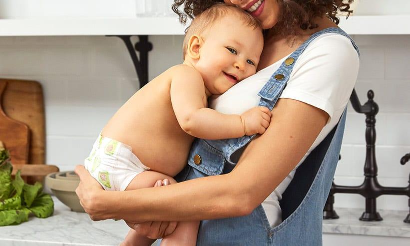 女性に抱っこされている赤ちゃん