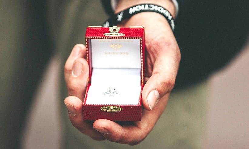 指輪が入ったケースを持つ男性の手