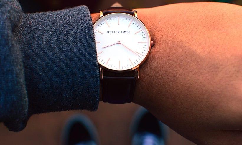 腕時計を付けている男性の腕のアップ