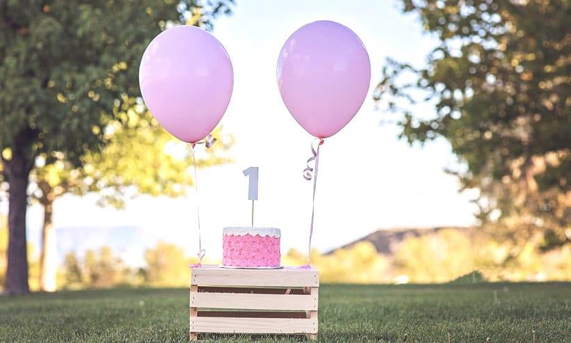 ケーキと箱に結ばれた2つの風船