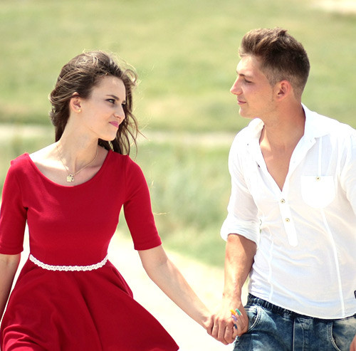 見つめあいながら手を繋いで歩くカップル