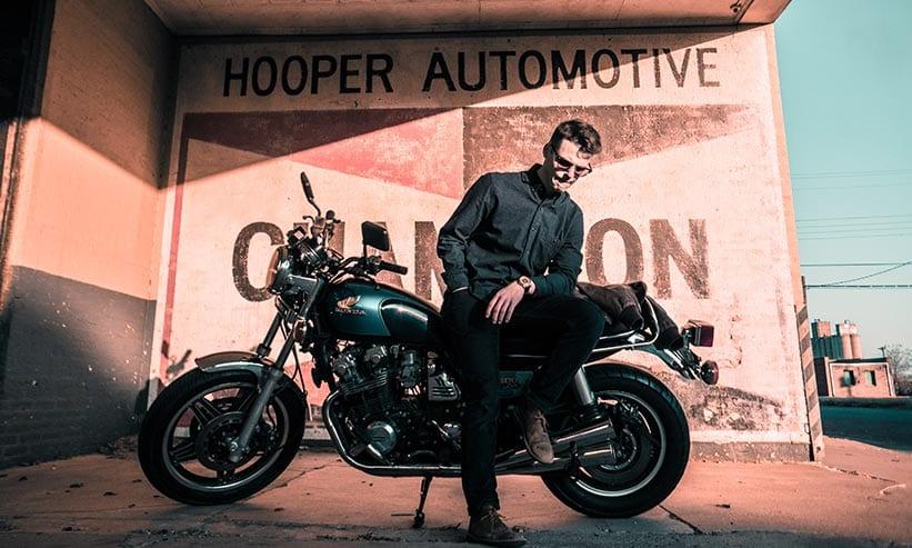 バイクに腰掛けている男性