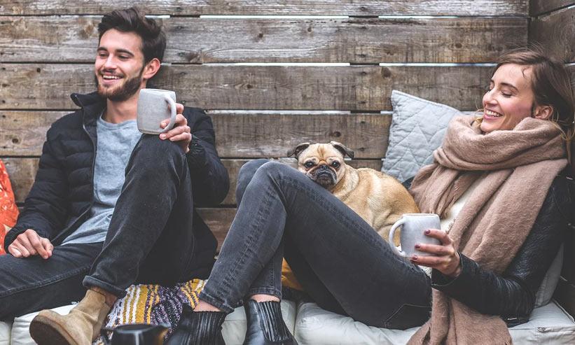 コーヒーを飲みながらくつろいでいるカップル
