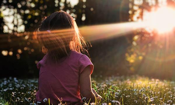 太陽を浴びる少女
