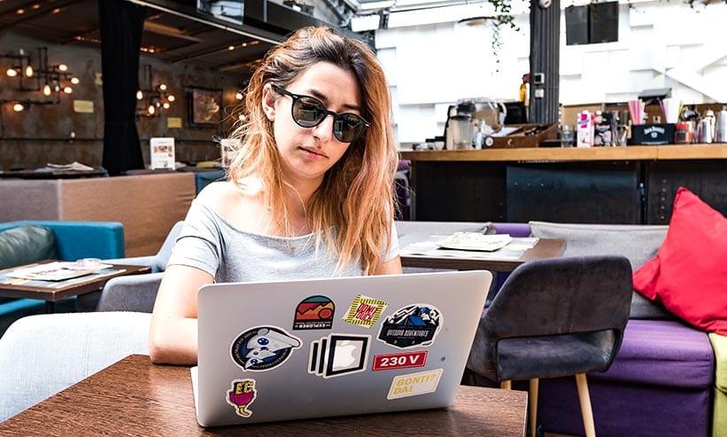 カフェでPCを操作している女性