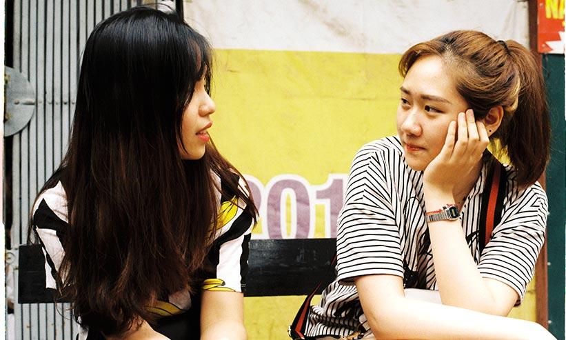 話をする2人の女性