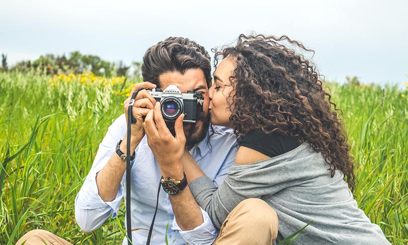 男性の頬にキスをする女性