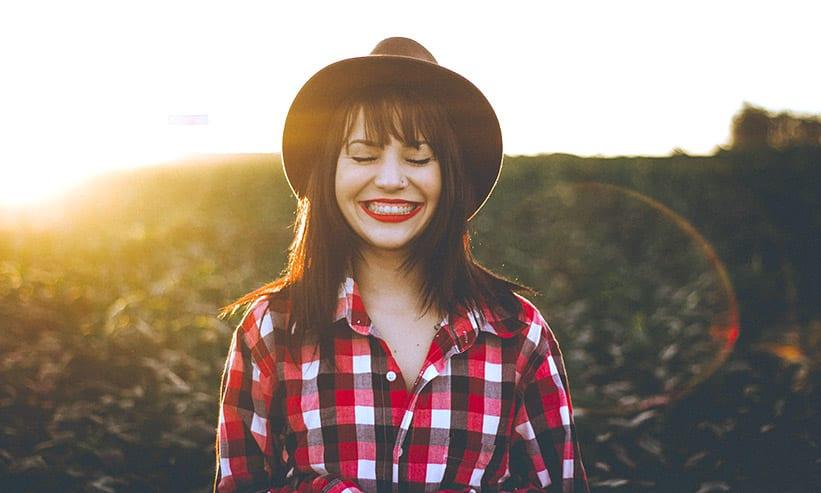 目を閉じてにっこり笑う女性