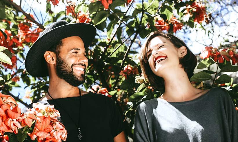 笑い合うカップル
