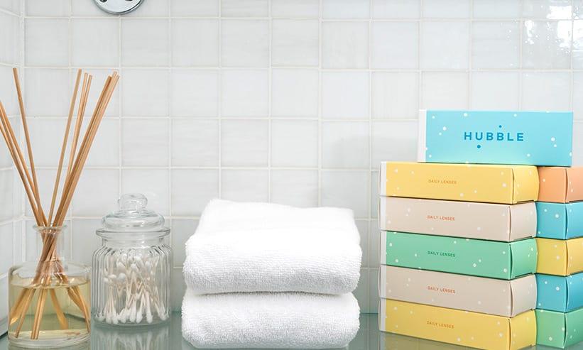 きれいに畳まれた白いタオルと積み重なったティッシュ