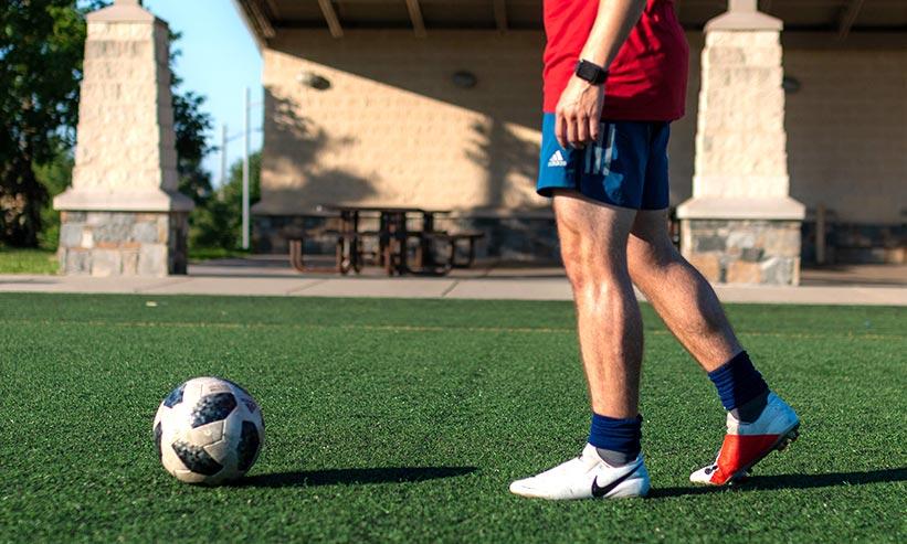 サッカーボールと選手