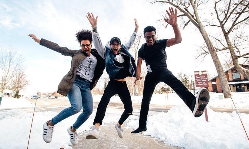 楽しそうにジャンプする3人の男女