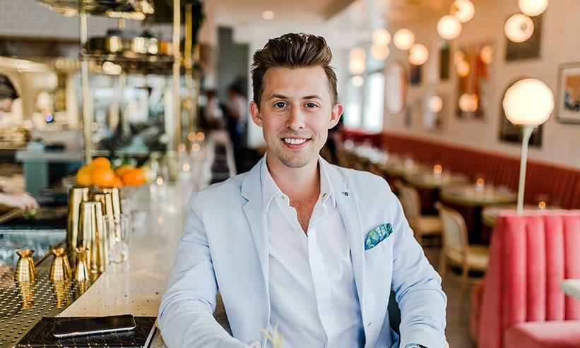 カフェでポーズを決める男性