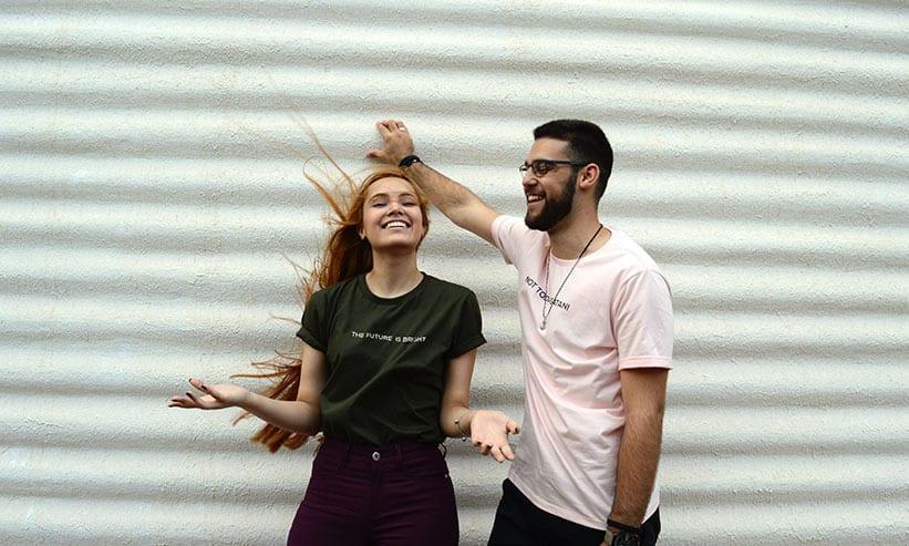 楽しそうに笑うカップル
