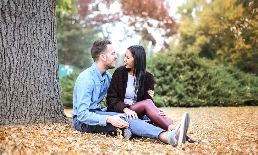 木陰に座って話すカップル