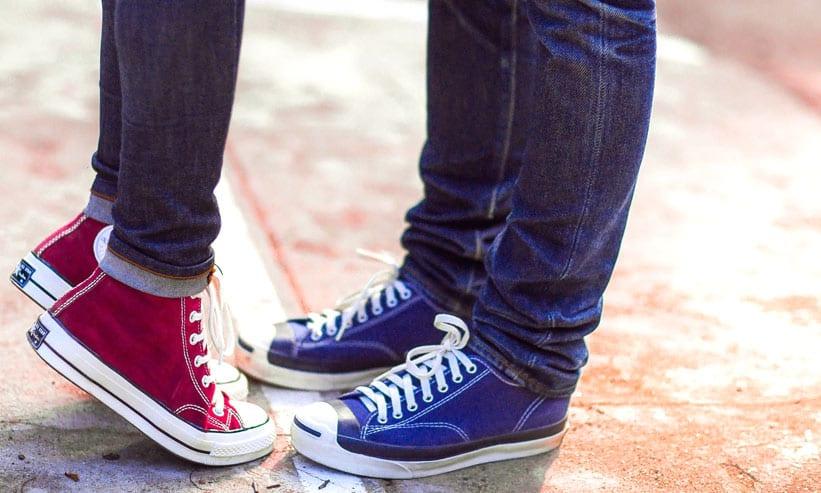 赤い靴の女性と青い靴の男性の足下