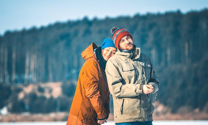 防寒具を着て外に出ているカップル