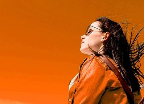 オレンジ 女性